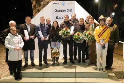 Ehrung der Champions 2017 am letzten Renntag des Jahres mit vielen Stellvertretern: Anwesend waren nur Robin Weber (4.v.l.) als bester Nachwuchsreiter, Trainer-Champion Markus Klug (7.v.l.), sowie Frank Dorff und Robert Niederprüm (8. und 9.v.l.) für das Gestüt Röttgen, das das Championat bei den Züchtern und Besitzern gewann, als erfolgreichster Besitzer von Hindernis-Pferden Eugen Andreas Wahler (3.v.r.) und Lilli-Marie Engels (2.v.r.) als beste Amateurreiterin. Alle anderen ließen sich in Dortmund vertreten. www.klatuso.com - Klaus-Jörg Tuchel