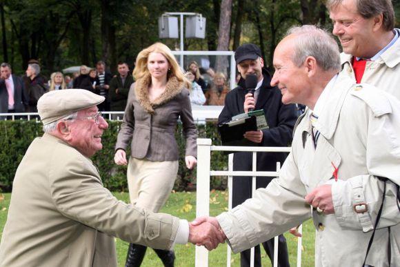 Hein Bollow (links) gratuliert Trainer Uwe Ostmann nach dem Sieg mit Auendon 2009 in Hoppegarten: www.galoppfoto.de - Frank Sorge