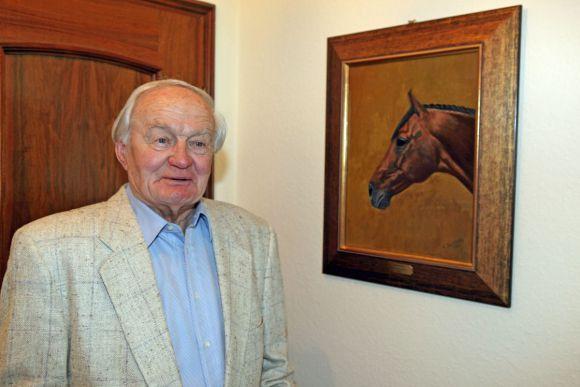 Heinz Jentzsch vor seinem selbstgemalten Bild von Lando 2011. www.galoppfoto.de