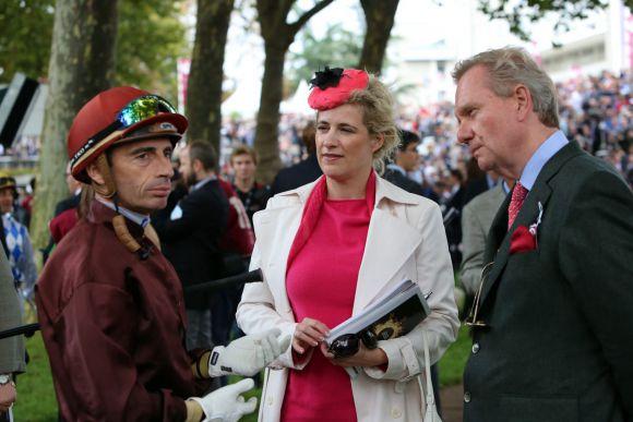 Im Führring von Longchamp: Graf Reginald von Norman mit seiner Frau Sandra und Jockey Gerald Mosse. www.galoppfoto.de - Frank Sorge