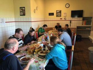 Gut versorge Menschen: Das gemeinsame Mittagessen hat im Team Auenquelle Tradition. Foto: dequia.de