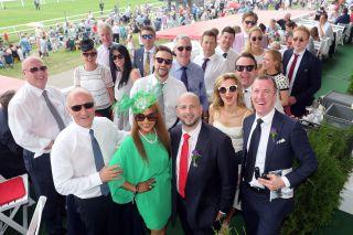 Partystimmung: Die Mitglieder der Australia Racing Stables freuten sich auf den Derby-Start von Shimrano - Mehrheitsanteilhaber ist  Ozzie Kheir(mit roter Krawatte). www.galoppfoto.de - Frank Sorge
