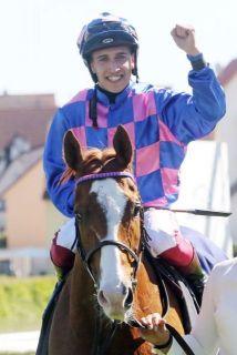 Premiere für beide: Itobo und Marco Casamento gewinnen ihr jeweils erstes Grupperennen. www.galoppfoto.de