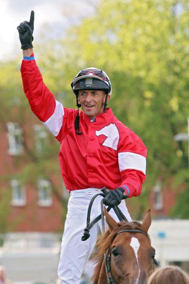 Jockey des Tages: Jockey Andreas Helfenbein jubelt nach seinem Sieg mit Foolproof. www.galoppfoto.de - Sabine Brose