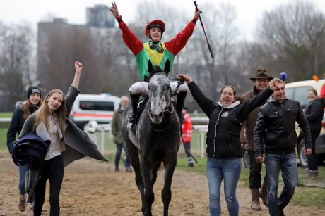 Gewinnt das nach ihm benannte The Tiger-Rennen: Jockey Sibylle Vogt freut sich mit Annabell Knigge (links) und Mutter Sylke nach dem Sieg von The Tiger. www.galoppfoto.de - Stephanie Gruttmann