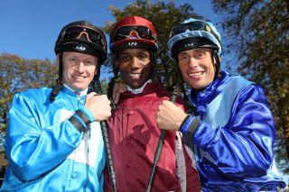 Eduardo Pedroza mit den Jockey-Kollegen Filip Minarik (l.) und Alexander Pietsch (r.). www.galoppfoto.de