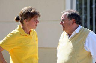 Karl-Dieter Ellerbracke im Gespraech mit Gestütsleiterin Tanja Sramek bei der BBAG-Auktion in Baden-Baden 2011. www.galoppfoto.