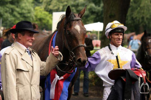 Liang Kay mit Terence Hellier und Trainer Uwe Ostmann nach dem Sieg im Union-Rennen 2008. www.galoppfoto.de - Frank Sorge