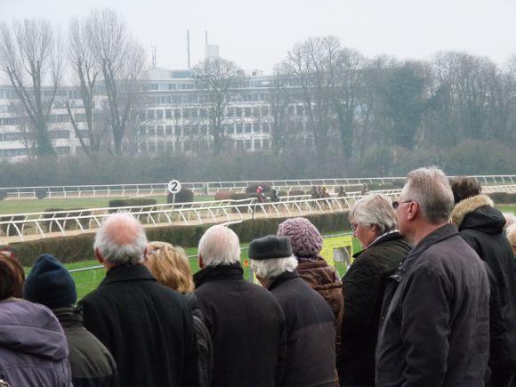 Ein beliebter Platz zum Rennen gucken: Die Erdwälle zwischen Tribünengebäude und Geläuf.