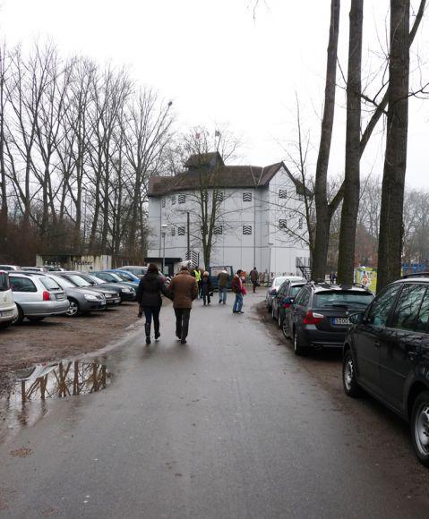 Den Weg vom Parkplatz zum Eingang der Rennbahn schmückt das Globe Theater. Karina Strübbe