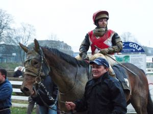 Schlammbedeckte Pferde und Reiter - ein gewohntes Bild im Winter, hier Falakee und Stefanie Hofer. Karina Strübbe