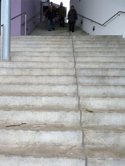 Nicht nur unschön, sondern auch potenziell gefährlich, die Treppe auf die Tribüne. Karina Strübbe