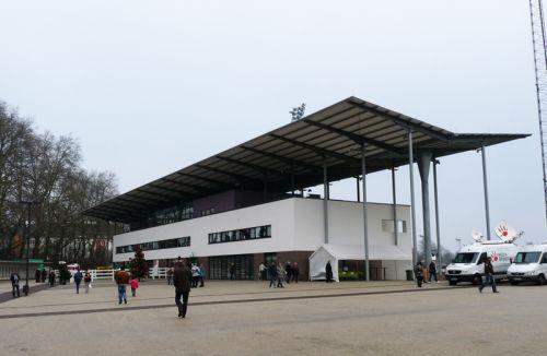 2009 eingeweiht, die Multifunktionstribüne in Neuss. Foto: Karina Strübbe