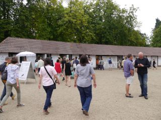 Zuschauer strömen auf den Haupteingang zu. Foto: Karina Strübbe