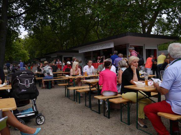 Großes kulinarisches Angebot und zahlreiche Sitzgelegenheiten, der Zuschauerbereich ist top. Foto: Karina Strübbe
