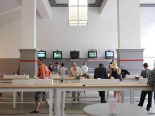 Auf einer Seite der Wetthalle findet man auch die Bildschirme, auf denen europäische Rennen gezeigt werden. Foto: Karina Strübbe