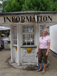 Neben Renoviertem gibt es Altes zu entdecken. Testerin Heike posiert neben einer Hütte vergangener Tage. Foto: Karina Strübbe