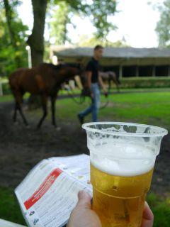 Bier gibt es im Glas oder Becher, preislich gibt es nichts zu meckern. Foto: Karina Strübbe