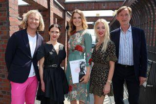 Hoppegarten lädt zum Fashion Race Day ein: Die Modeexperten Olaf Brandenburg, Isabel Vollrath, Franziska Dittmann, Lana Müller und Gastgeber Gerhard Schöningh (v.l.n.r.). www.hoppegarten.com