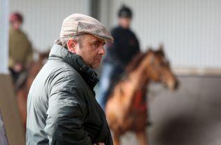Trainer Andreas Woehler beobachtet die Pferde im Trabring. www.galoppfoto.de