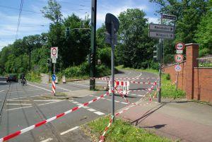Der Weg zur Düsseldorfer Rennbahn ist auch drei Tage nach dem Unwetter am Pfingstmontag 2014 noch abgesperrt. wwww.dequia.de
