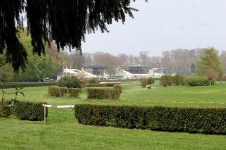 Blick aus der Ferne auf die drei Tribünen im Stadtwald. Foto: www.galoppfoto.de - Sandra Scherning