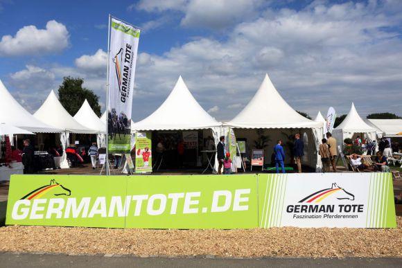 Warten auf die Wetter: Stand von German Tote auf dem Marktplatz der Galopprennbahn. www.galoppfoto.de - Frank Sorge
