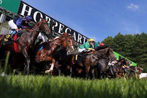 Die Pferdedamen stehen am Pfingstsonntag in Hoppegarten beim Diana-Trial im Vordergrund. www.galoppfoto.de - Frank Sorge