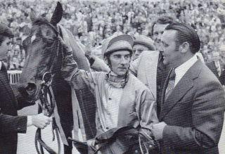 1975 - Trainer Theo Grieper empfängt Star Appeal und Jockey Greville Starkey: nach dem Sieg im Prix de l'Arc de Triomphe für den Stall Moritzberg von Waldemar Zeitelhack. Foto: Archiv