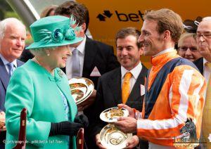 Andrasch Starke und Peter Schiergen (Mitte) bei der Siegerehrung mit Queen Elizabeth II