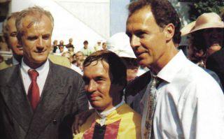 ... und sogar der Kaiser kommt zum Gratulieren: Jockey Georg Bocskai eingerahmt von Franz Beckenbauer und dem damaligen Präsidenten des Münchner Rennvereins, Dietrich von Boetticher, nach dem Sieg im ersten Riemer Gr. I-Rennen. Foto: Archiv Zeno