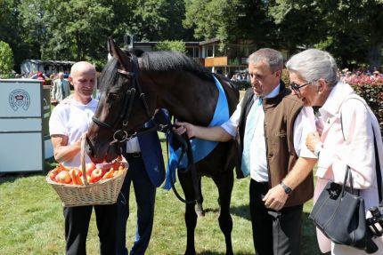 Ehrung für den Röttgener  Derbysieger: Weltstar zeigt sich höchst interessiert an seinem appetitlichen Ehrenpreis. Foto: Dr. Jens Fuchs